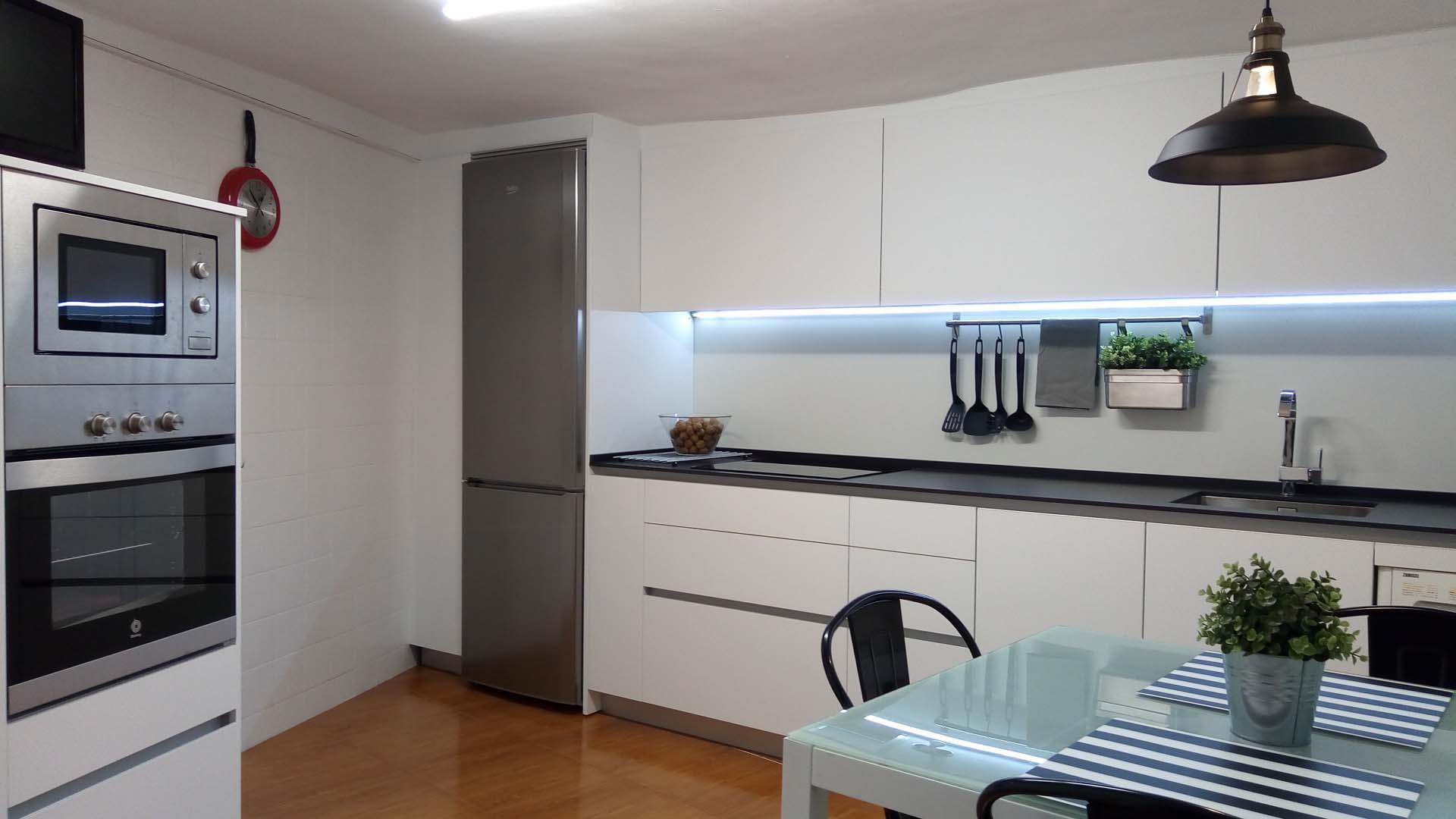 Cocina laminado blanco mate r103 cu a aluminio arnit for Modelos de cajoneras para cocina