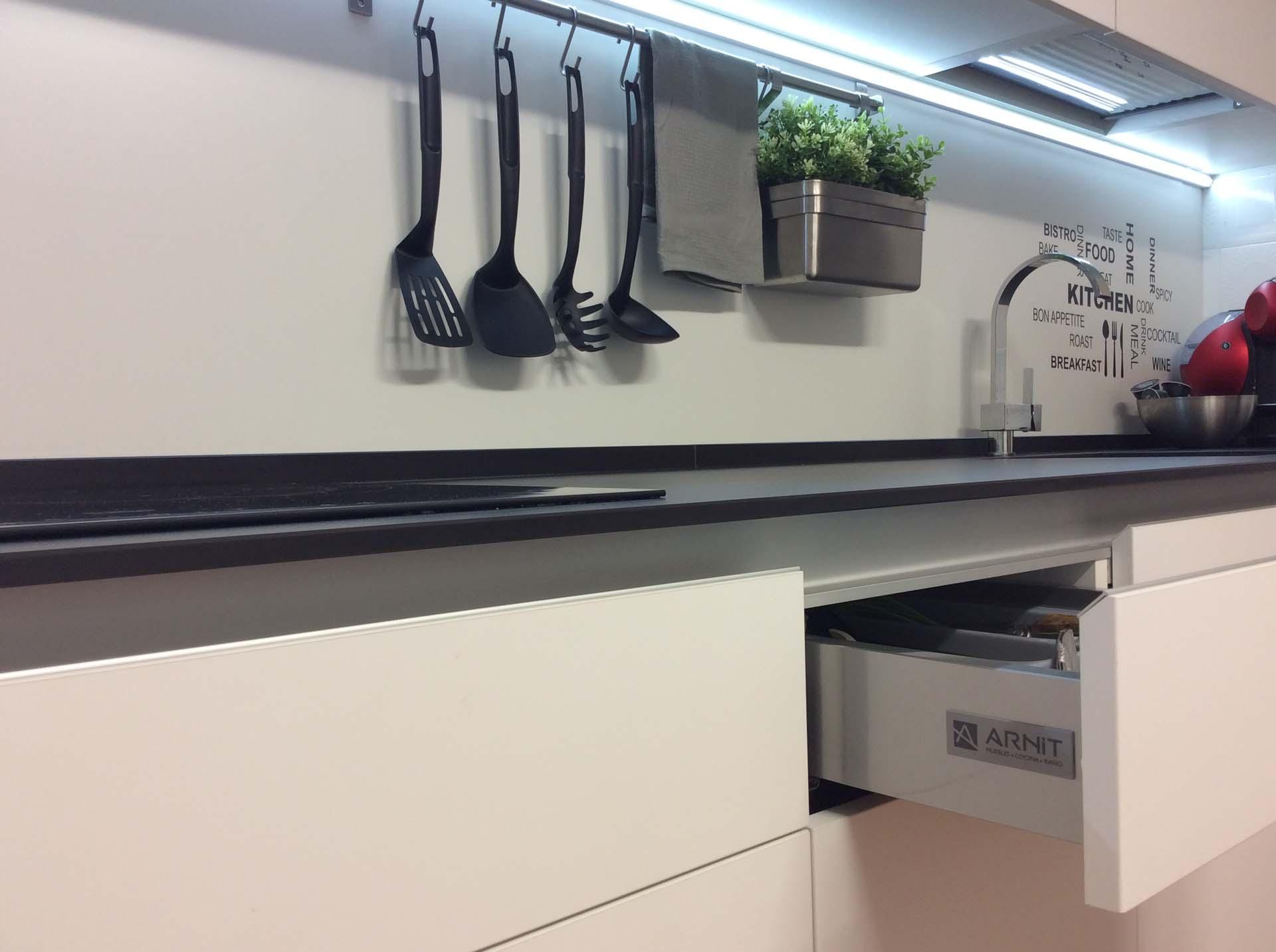 cocina blanco mate con tirador en cuña de aluminio