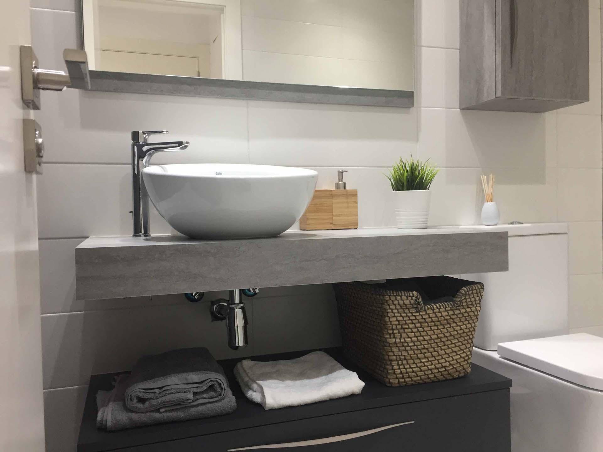 Ba o con encimera ingletada pizarra gris arnit for Mueble lavabo sobre encimera