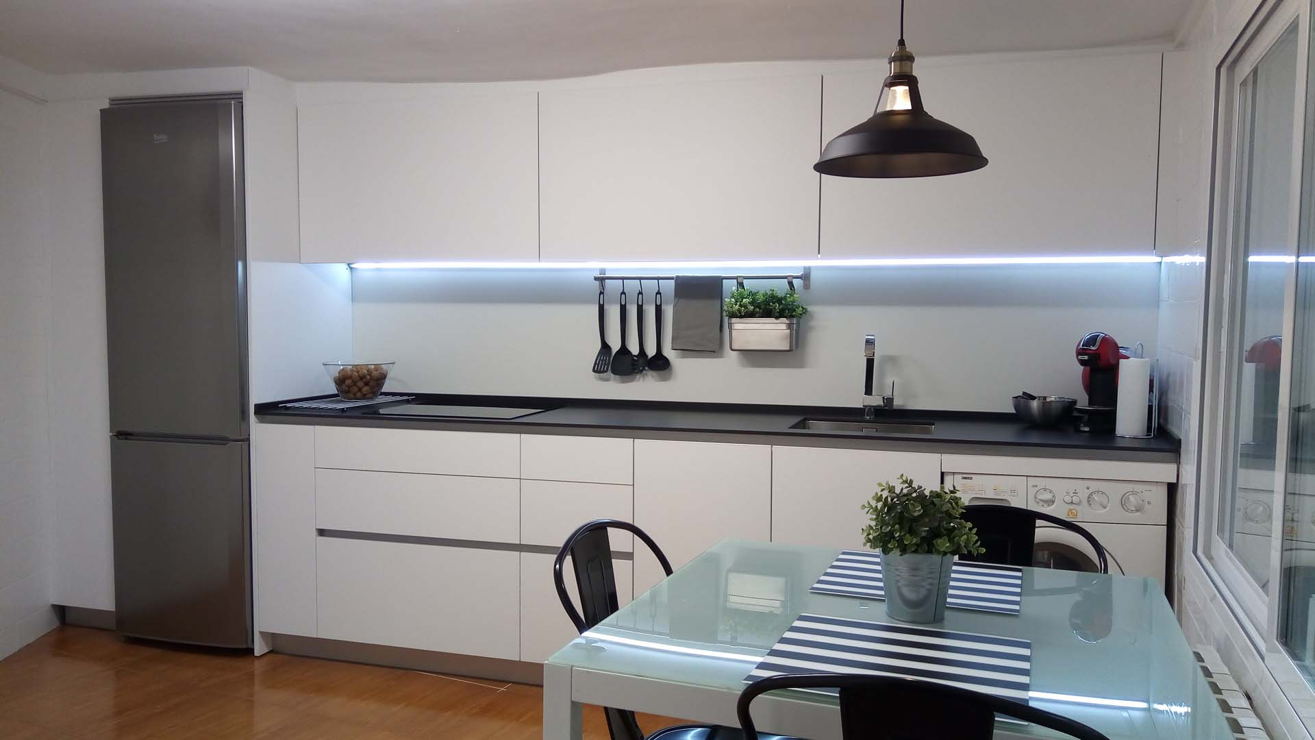 Cocina laminado blanco mate r103 cu a aluminio arnit for Muebles de cocina fenix