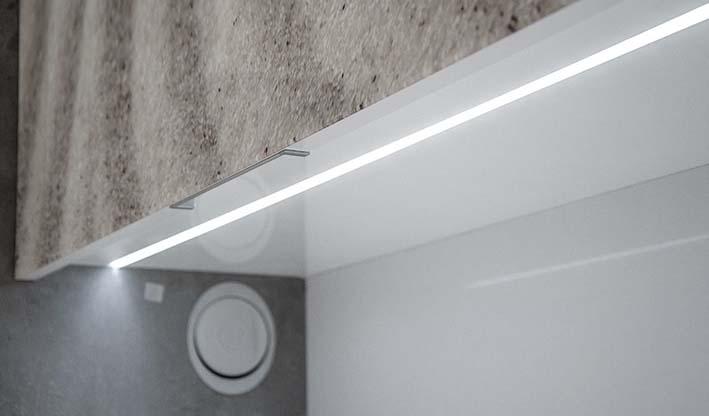 Led ray encastrado bajo la bajera del mueble alto para iluminar la encimera de cocina