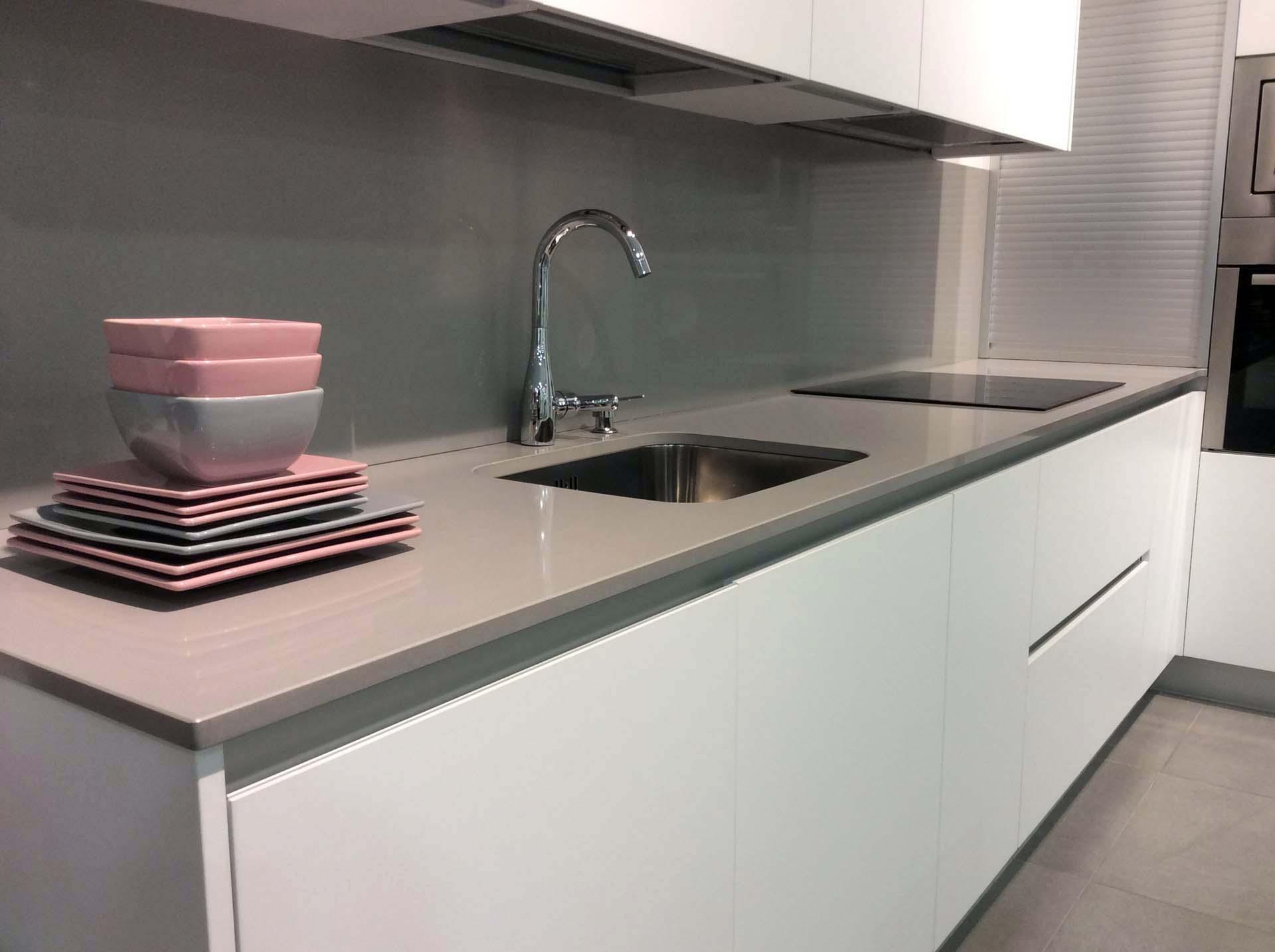 Cocina blanca con gola de aluminio mate arnit - Cocina blanca mate ...