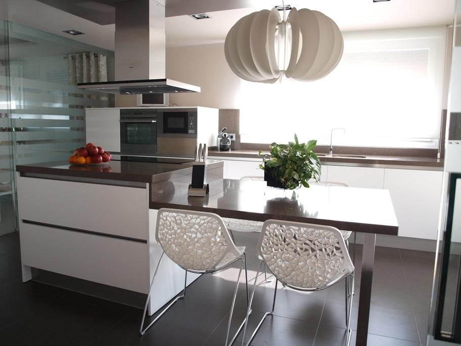 Cocina moderna con isla arnit - Isla de cocina con mesa ...