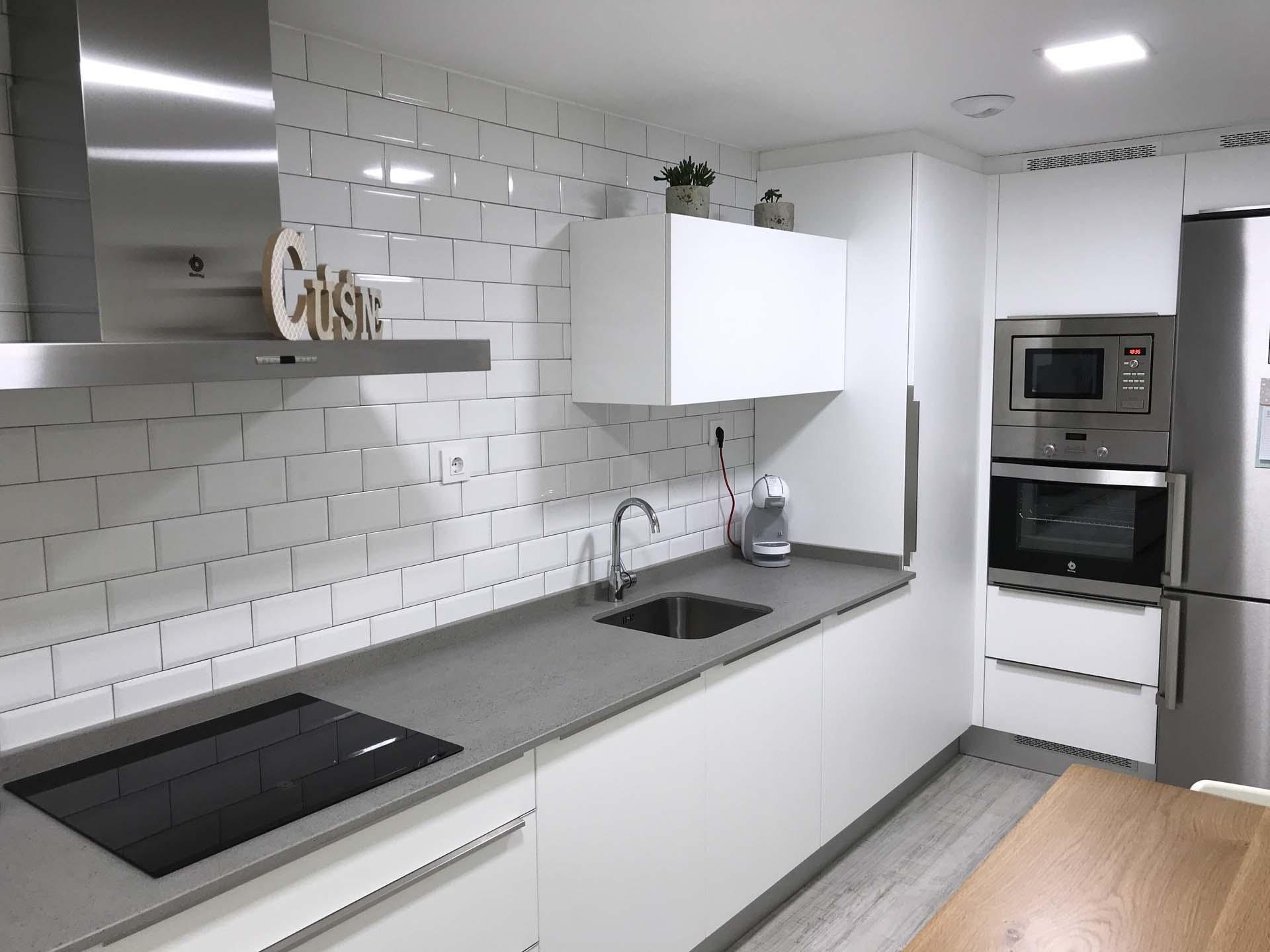 Cocina blanca mate con tirador al canto arnit - Accesorios de cocina de diseno ...
