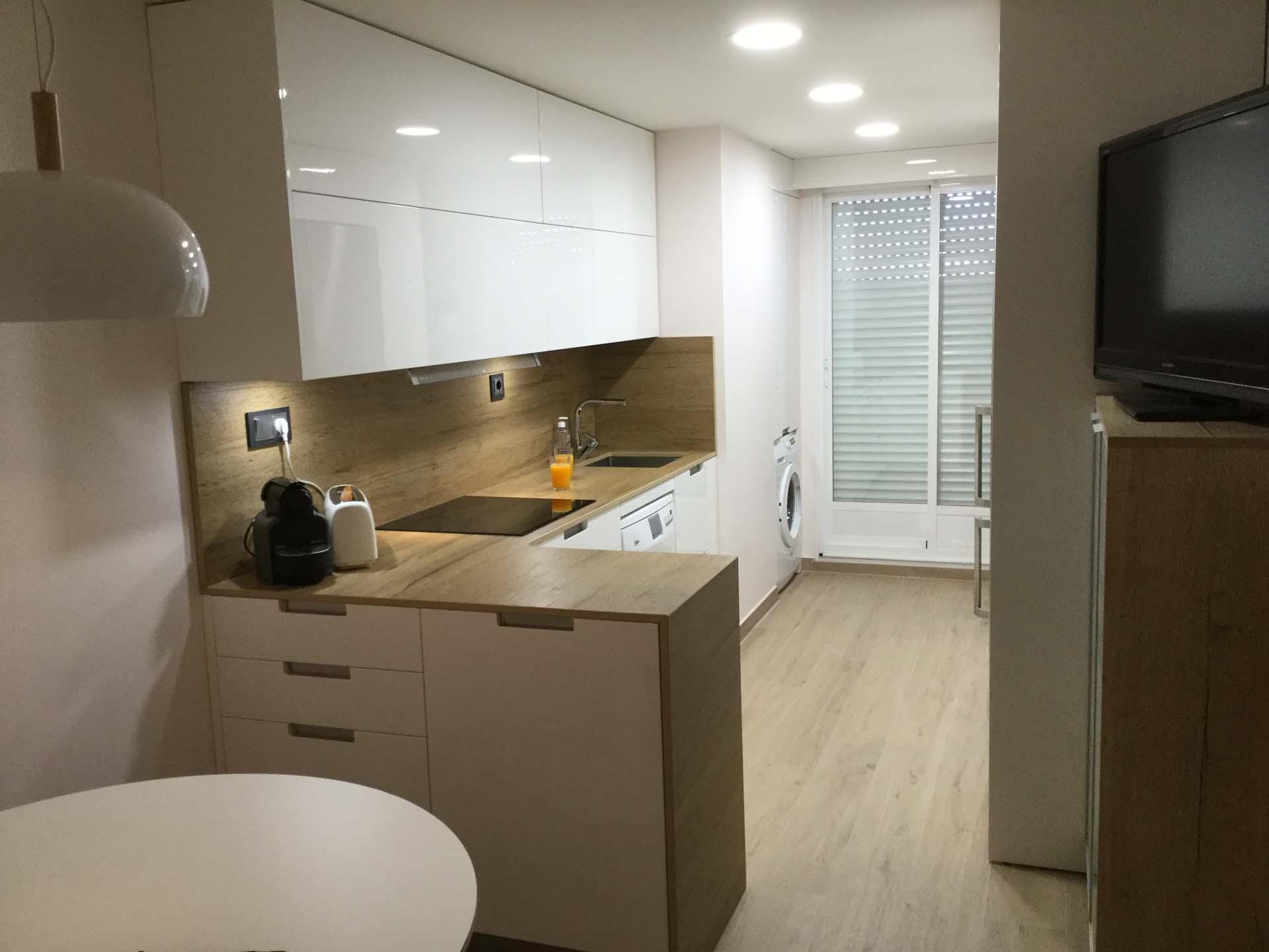 Cocina lacada blanco brillo modelo tunez con dexton for Encimera de cocina lacada en blanco negro