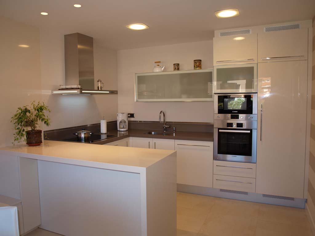 Acogedora cocina en acabado marfil brillo arnit for Acabados cocinas modernas