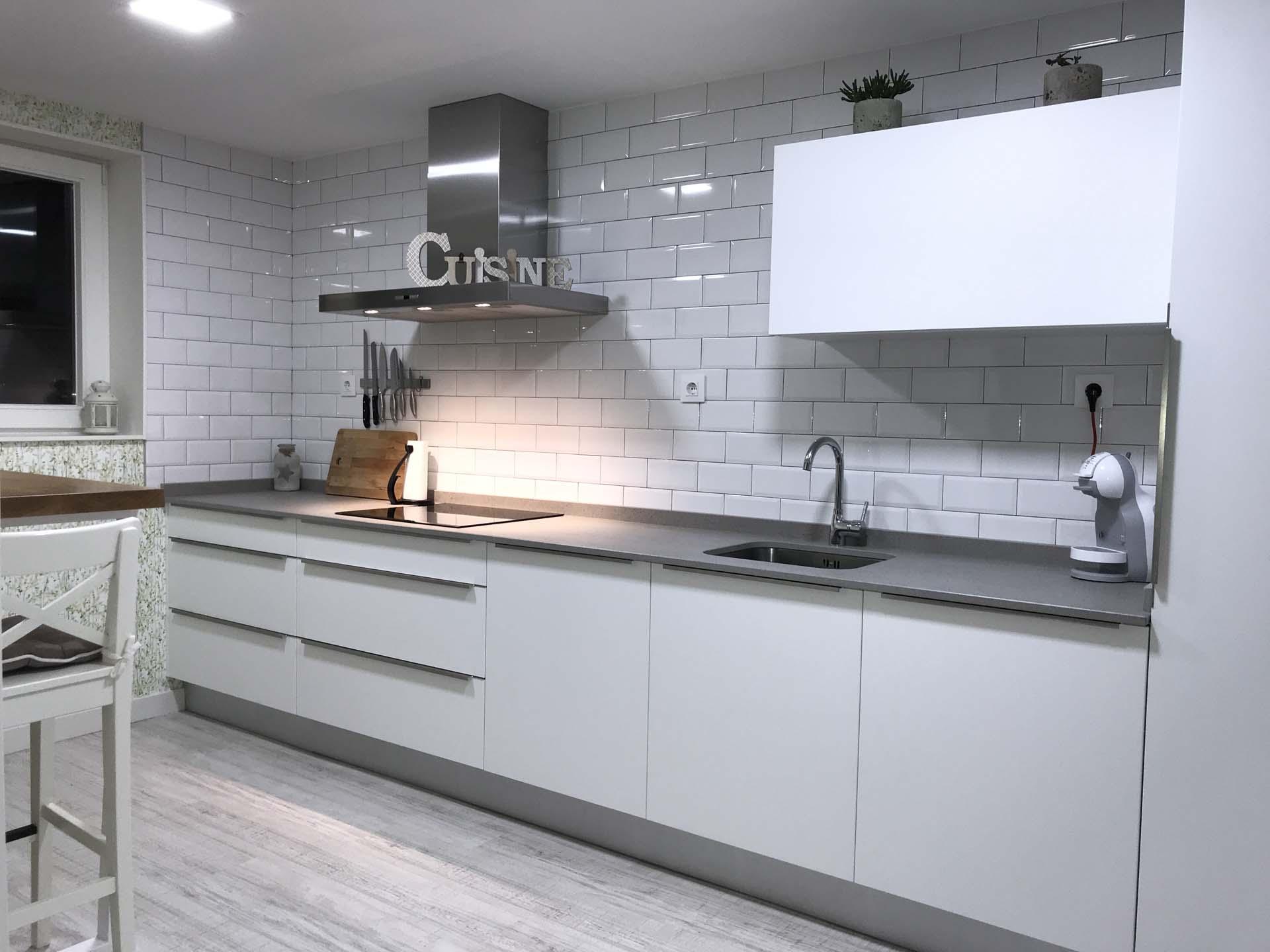 Cocina blanca mate con tirador al canto arnit for Cotizacion cocina