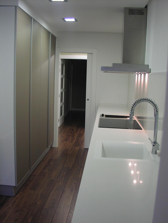 Cocina blanco brillo con columnas arena arnit for Proyecto cocina
