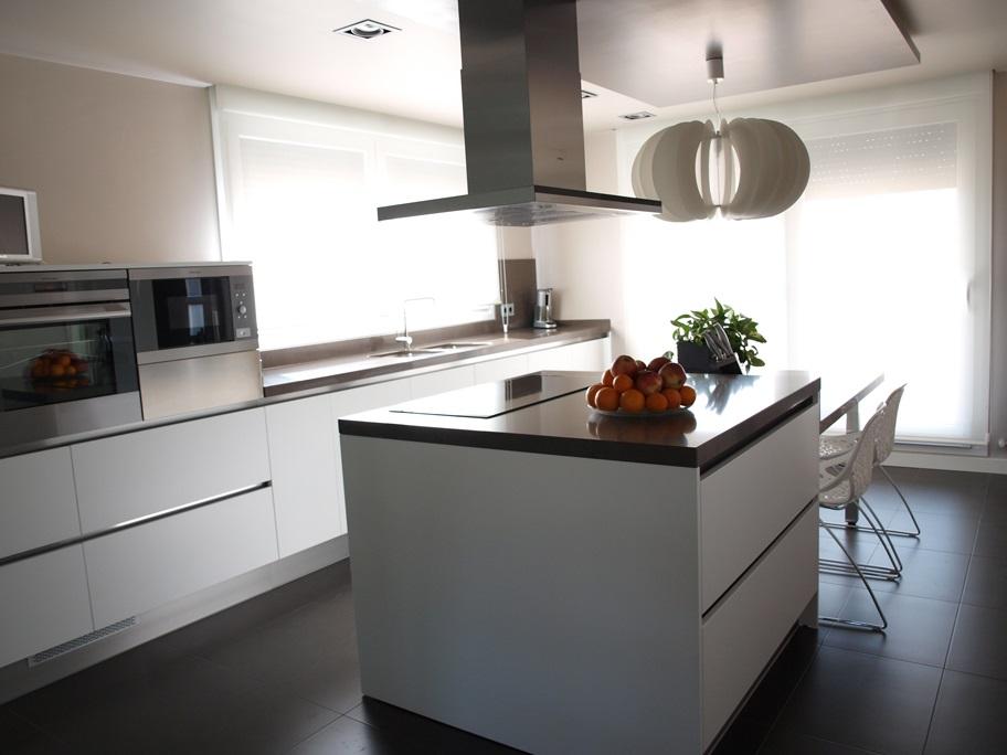 Cocina moderna con isla arnit for Una cocina moderna