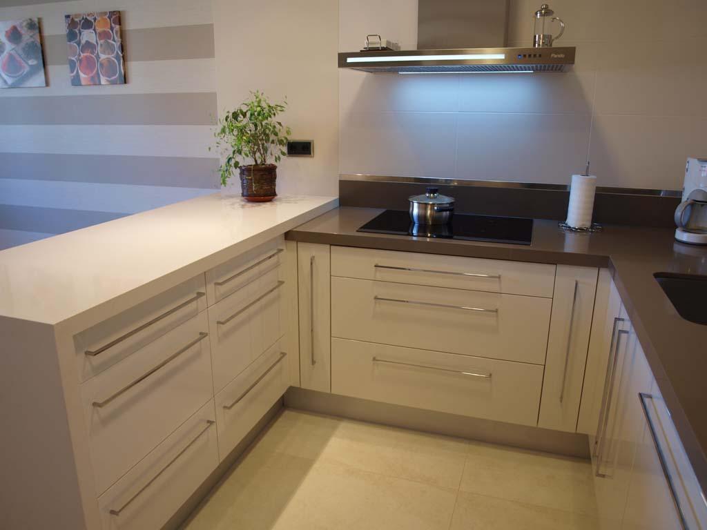 detalle cocina peninsula marfil