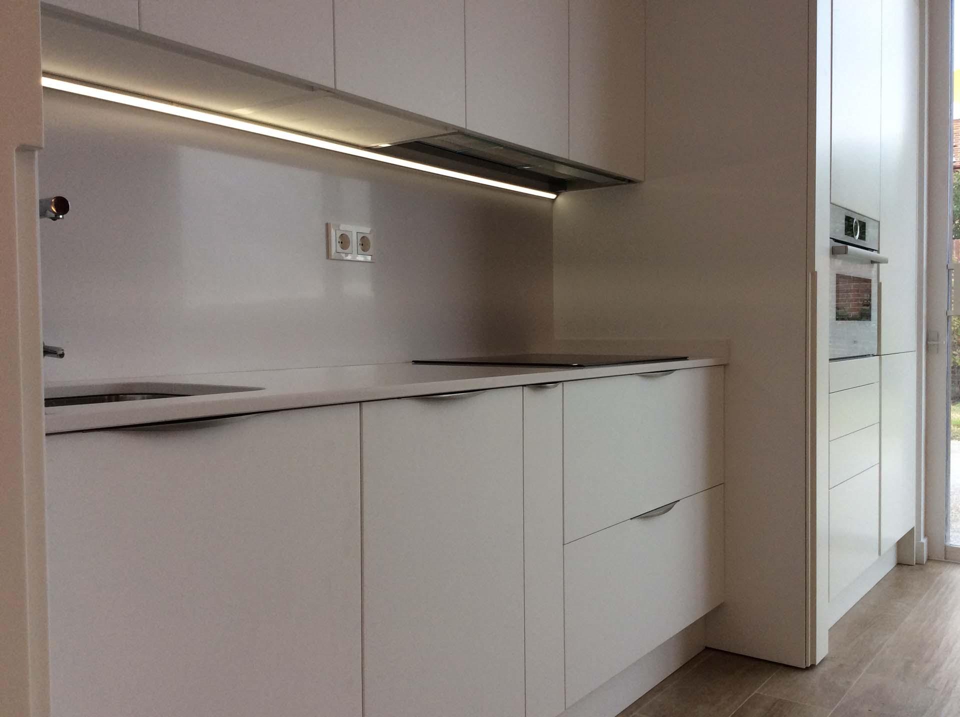 Cocina con puertas de ocultaci n escamoteables abiertas - Tiradores puertas de cocina ...