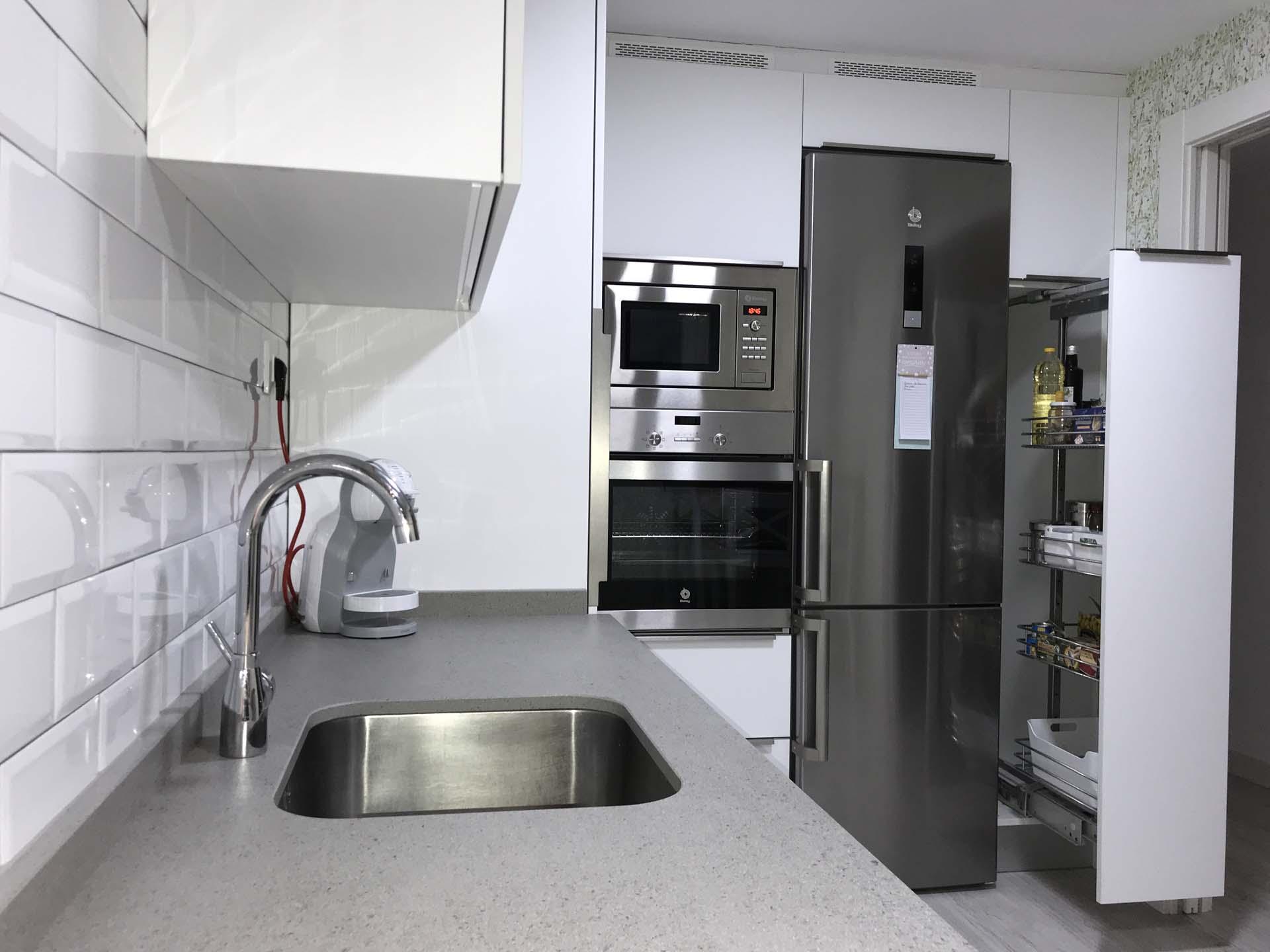 Muebles De Cocina Blanco Great Tres Cocinas Blancas Un Color Tres  ~ Limpiar Muebles De Cocina De Formica Mate
