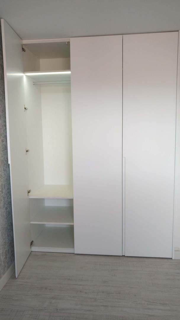 iluminacion interior armario blanco