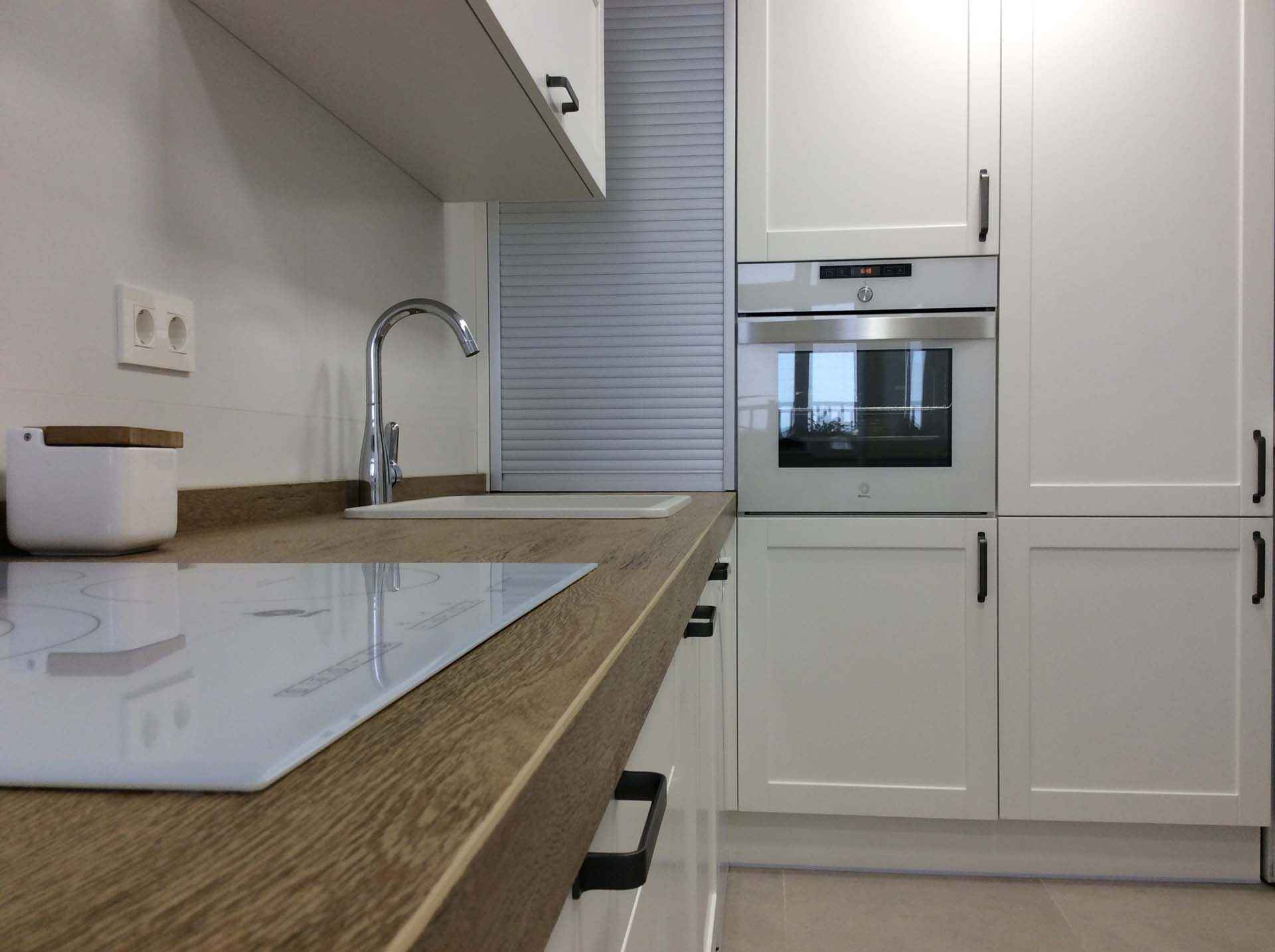 cocina blanca enmarcada persiana