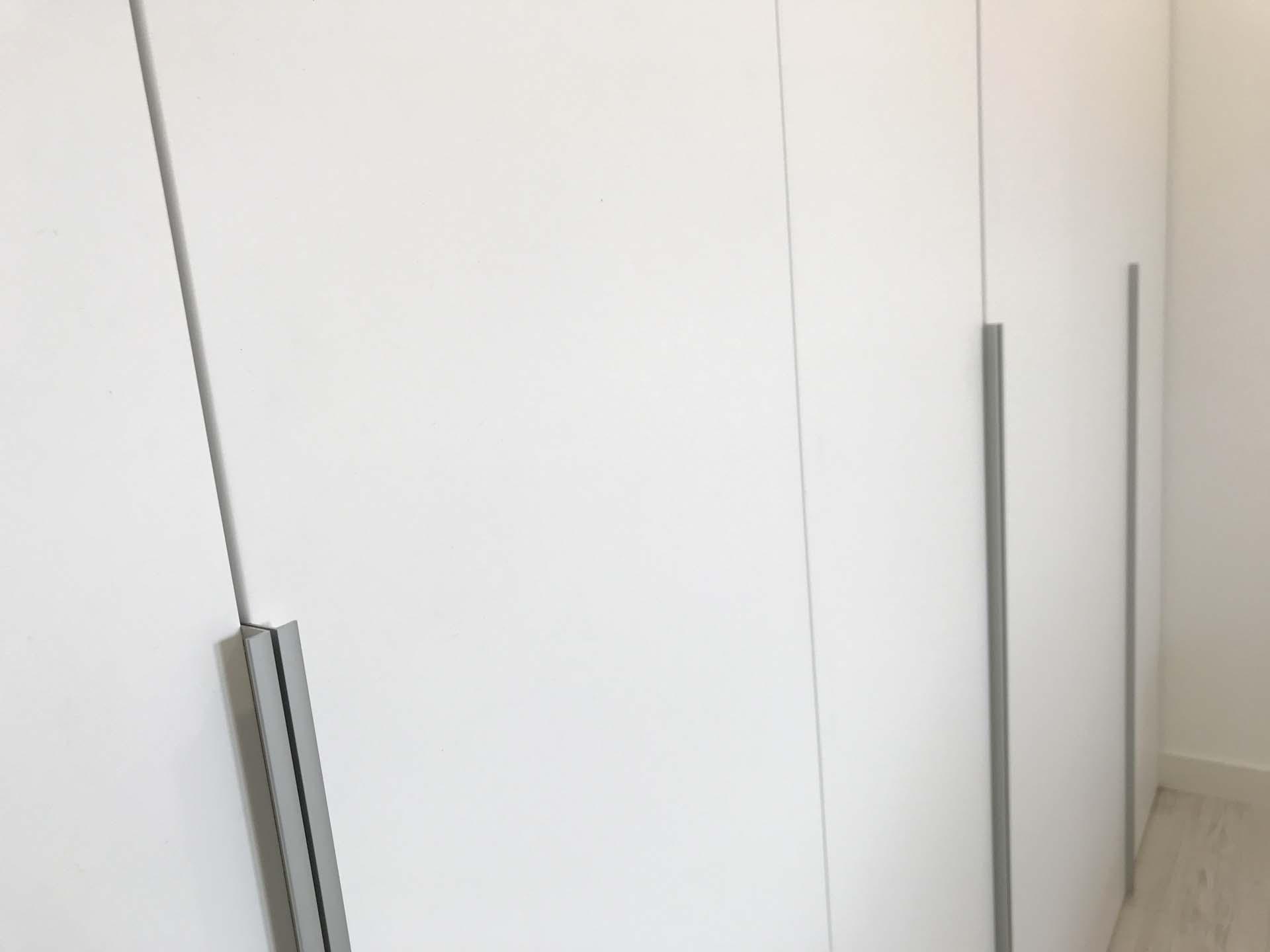 detalle tirador puerta batiente