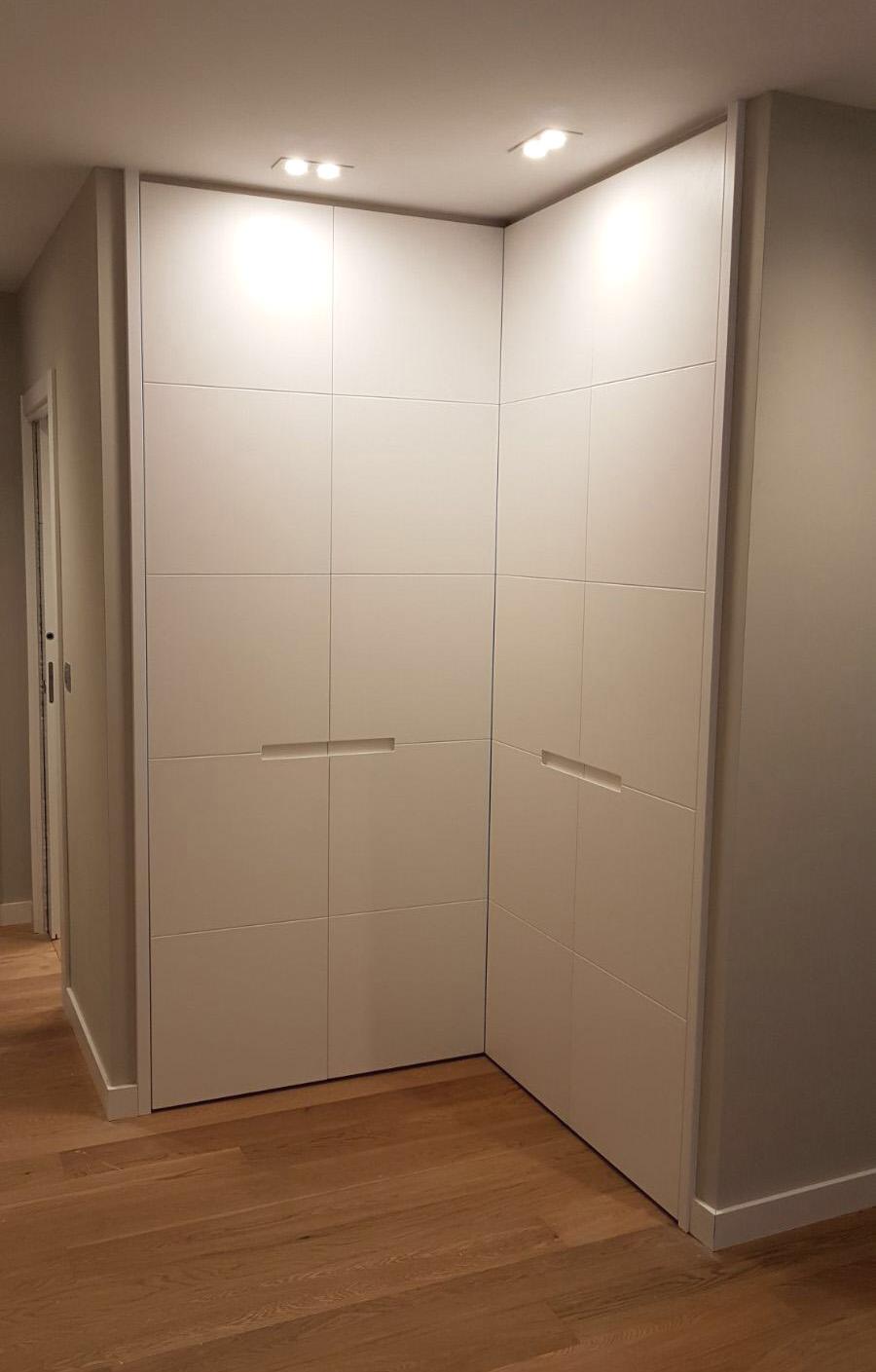 armario lacado con lamas de puertas escamoteables arnit
