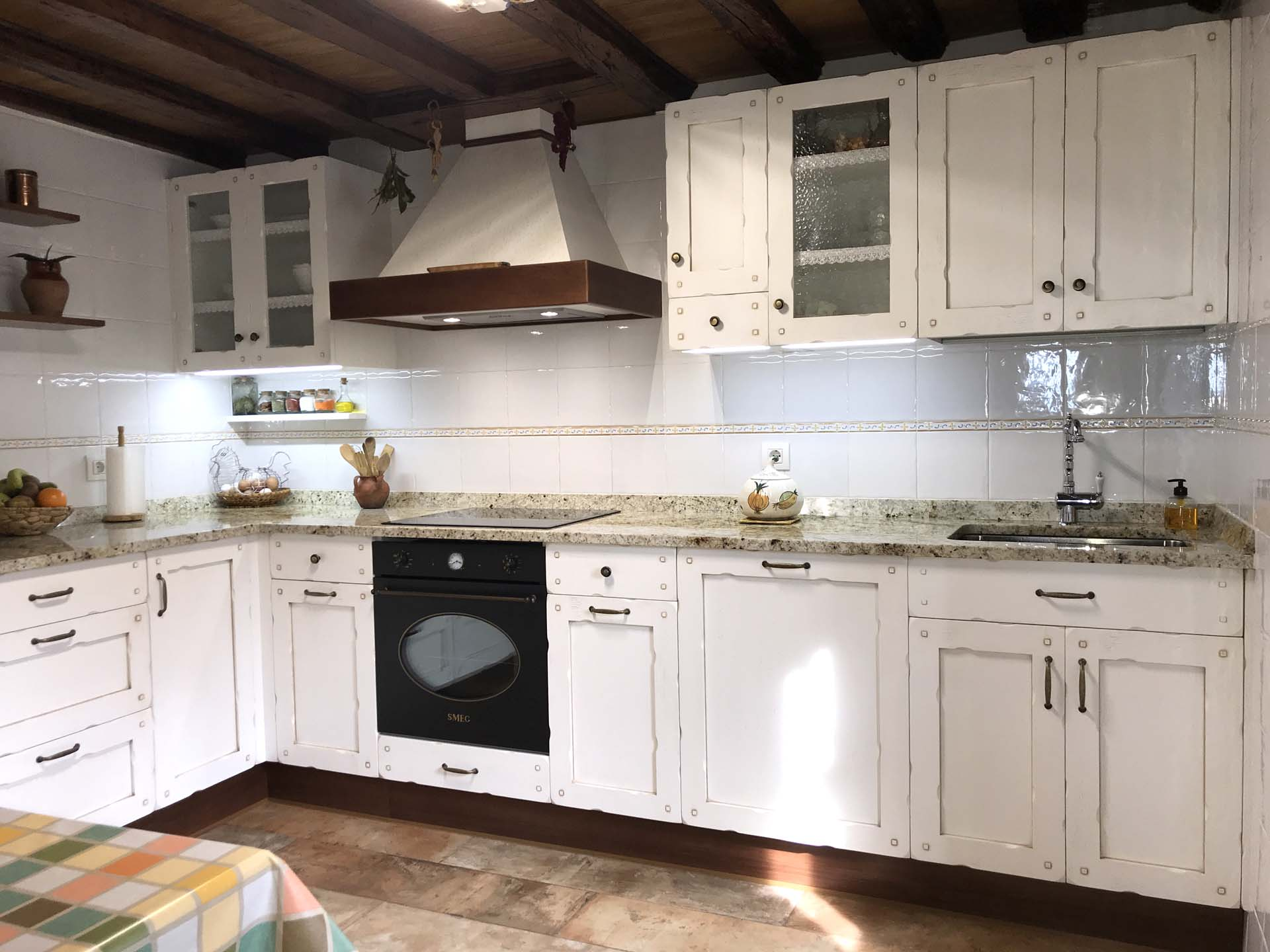 Cocina en madera de roble modelo castilla arnit for Muebles de algarrobo precios